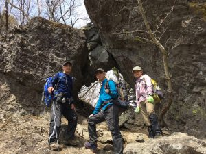 「巨岩の石門をくぐる」