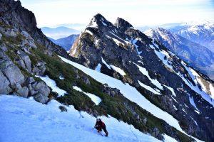 000_0573明神岳をバックに 岩と雪のコントラストが素晴らしいjpg